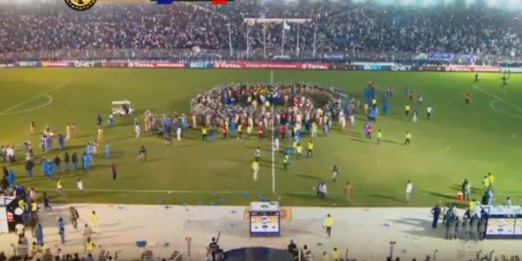 توقف مباراة الأهلي والهلال السوداني بسب اقتحام عدد من الجماهير