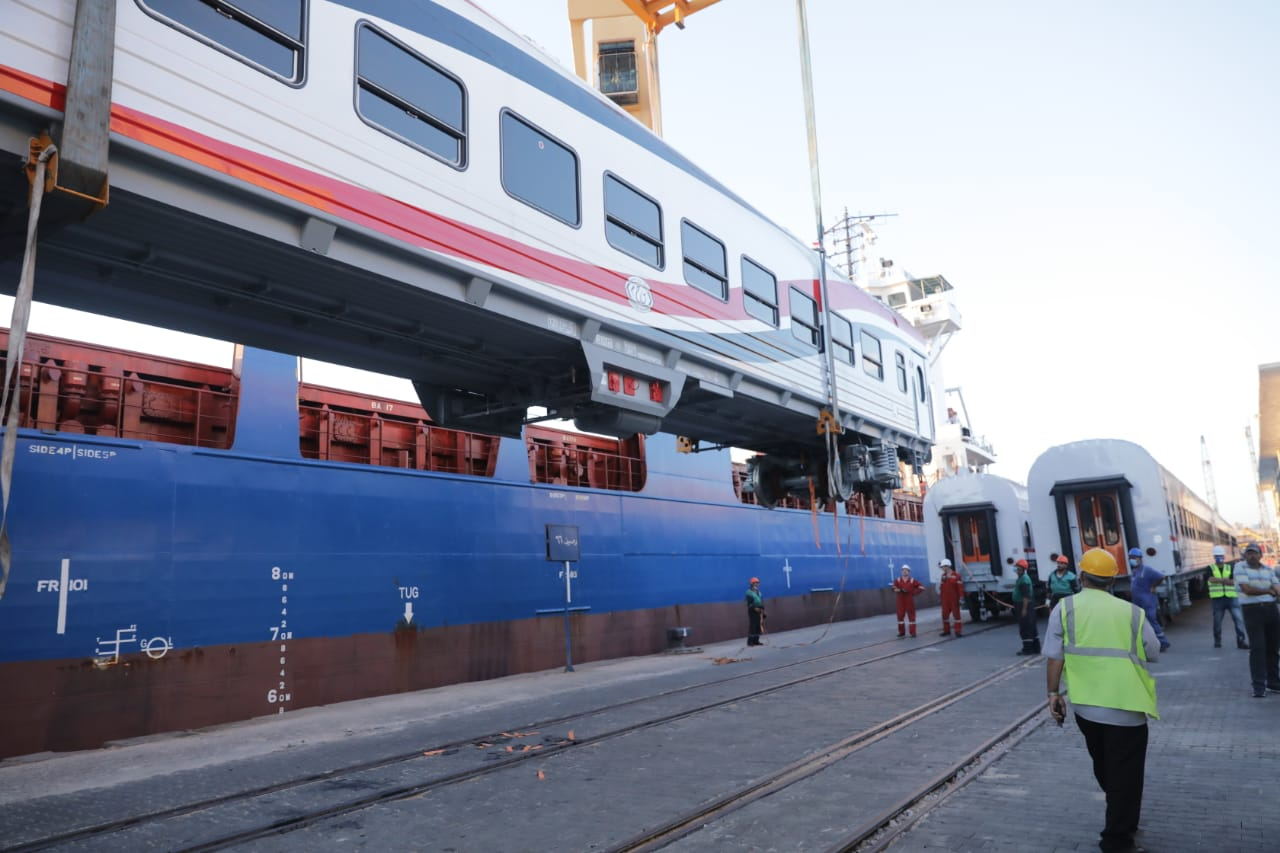 وصول عربات القطار ميناء الإسكندرية