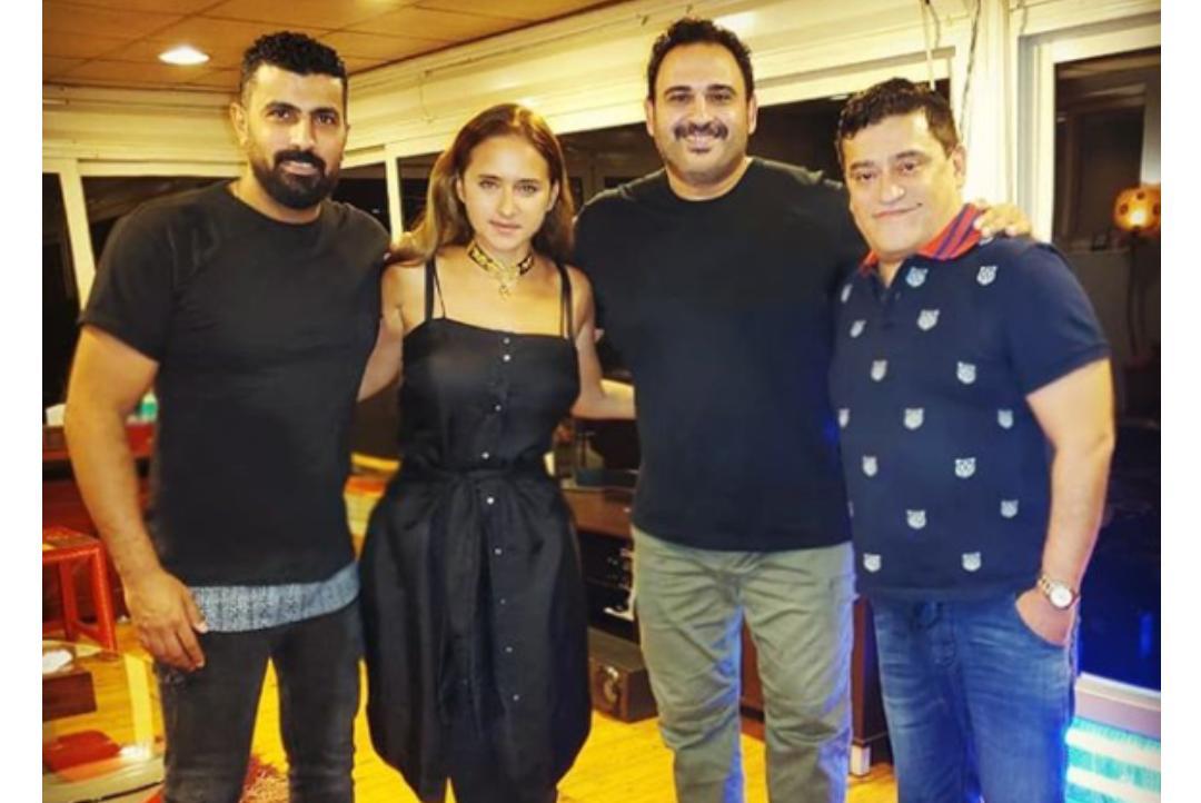 المخرج محمد سامي برفقة نيلي كريم وأكرم حسني