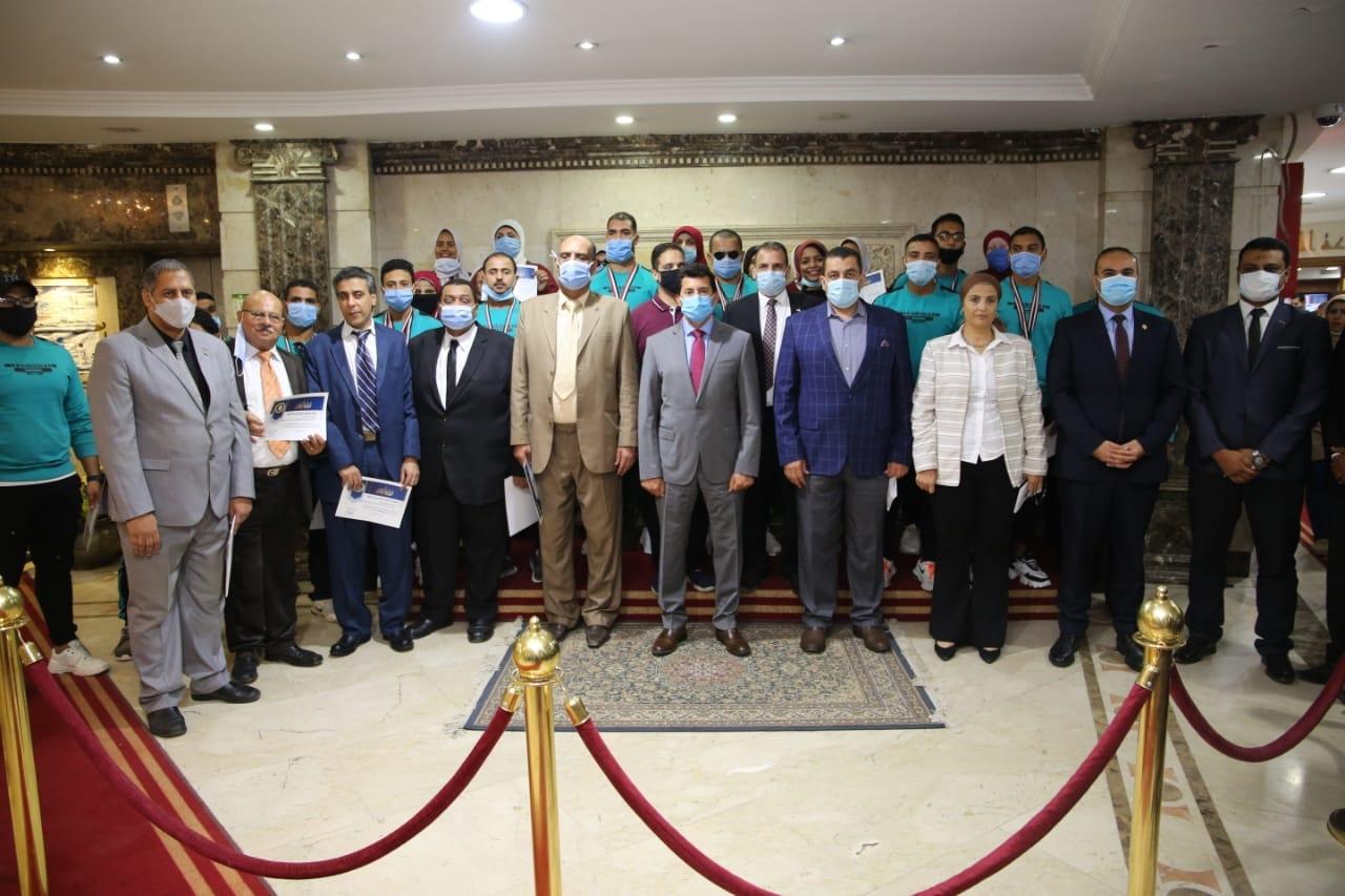 أشرف صبحي يُـكرم منتخب مصر لرفع الأثقال للمكفوفين