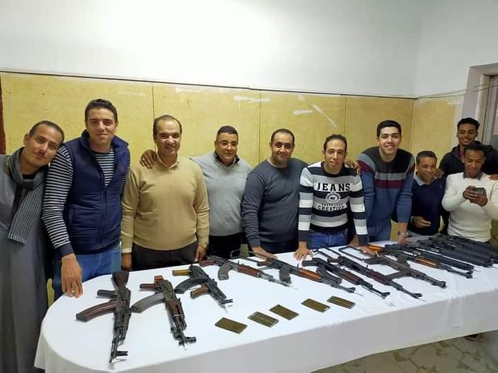 ضباط وافراد مباحث دار السلام مع الاسلحة المضبوطة