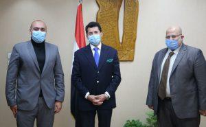 أشرف صبحي مع أعضاء مؤسسة دواء للجميع