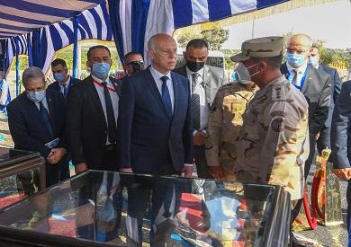 الرئيس التونسي مع الجيش في قناة السويس