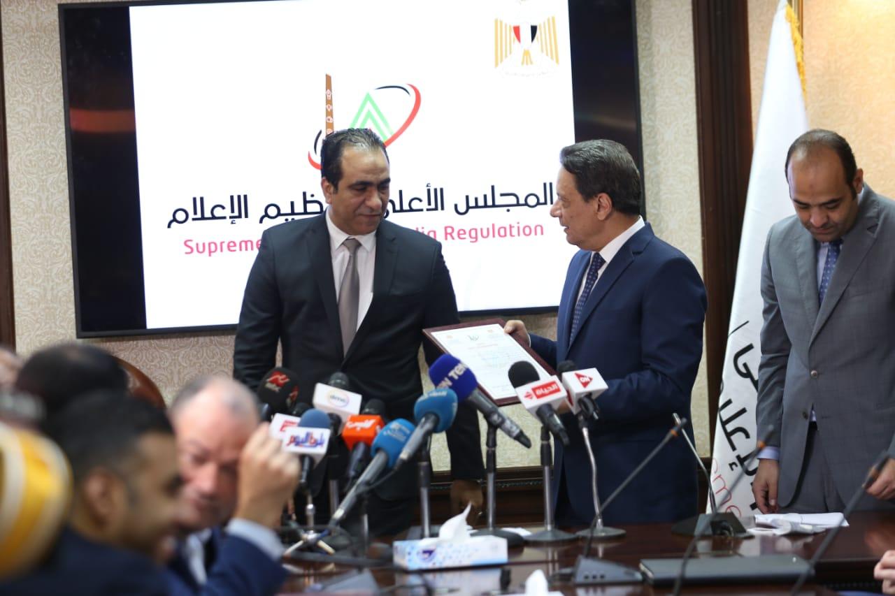 رئيس المجلس الاعلى لتنظيم الإعلام يسلم رئيس تحرير أوان مصر الترخيص