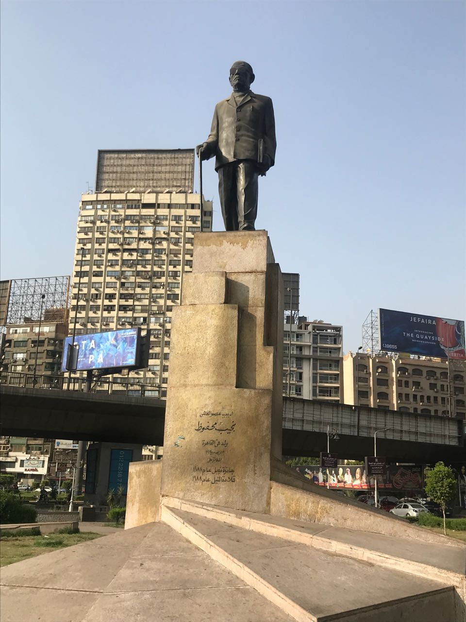 تمثال نجيب محفوظ في ميدان سفنكس