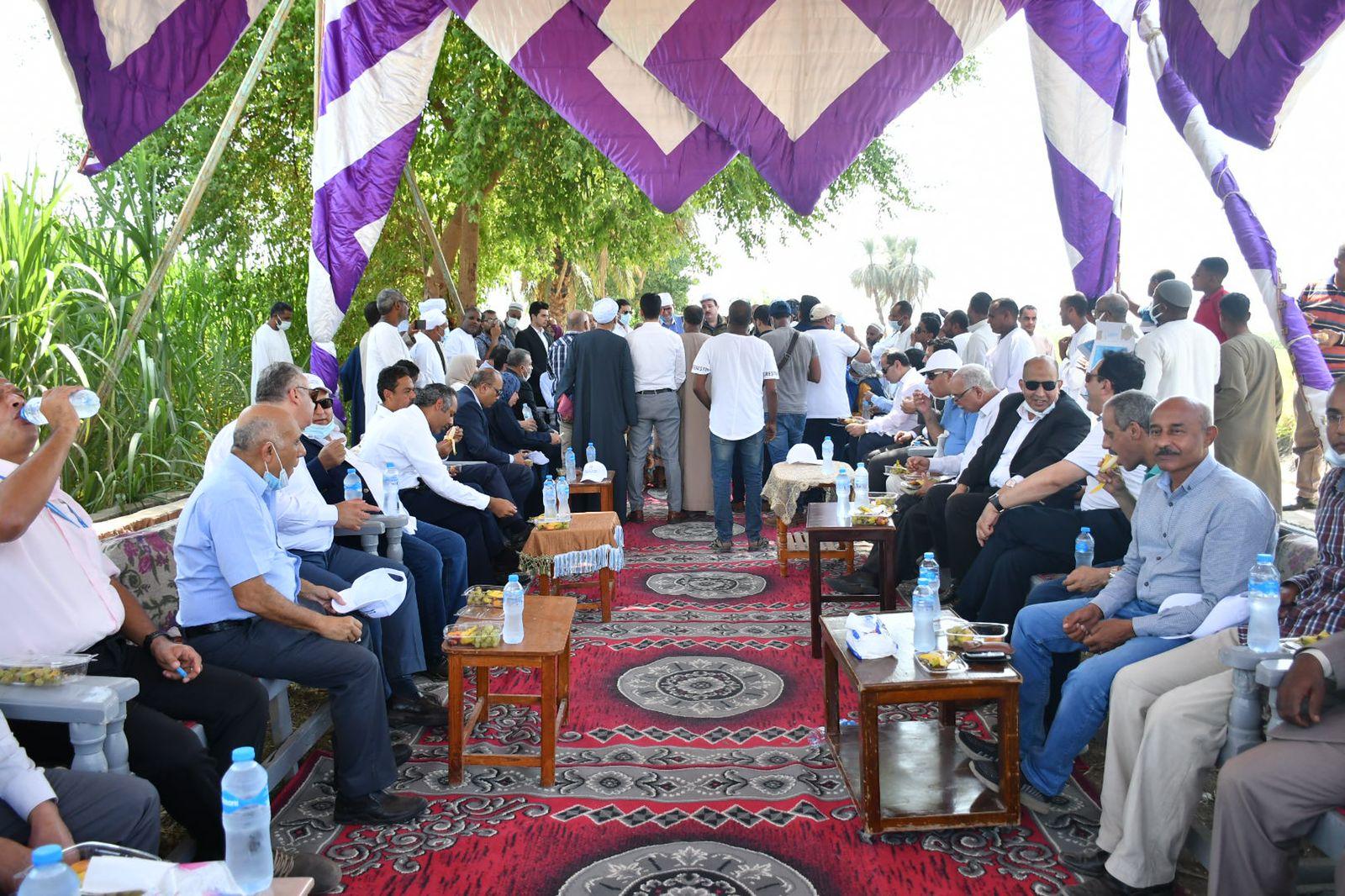 وزير الزراعة ومحافظ الأقصر يتفقدان أنشطة مشروعات التنمية الشاملة بقرية البغدادي  صور