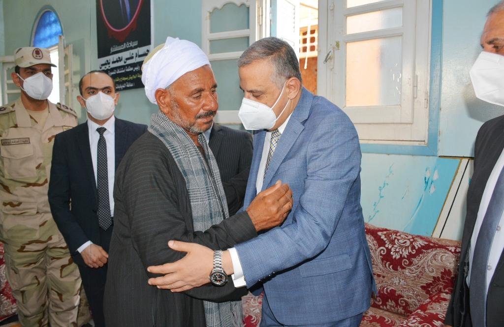 """محافظ سوهاج يؤدي واجب العزاء لأسرة الشهيد """" أسامة جريو """" بدار السلام"""