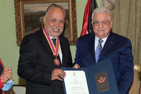 الرئيس الفلسطيني يكرم صحفيين و فنانين مصريين بـ القاهرة